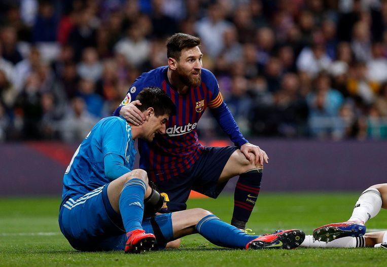 Messi bekommert zich om Courtois.