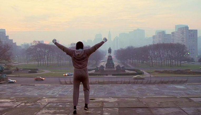 Sylvester Stallone boven aan de trappen van het Philadelphia Museum of Art in Rocky. Beeld