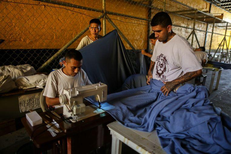 Leden van de  La Final Trompeta evangelische kerk werken in de San Francisco Gotera gevangenis is El Salvador. Beeld Gabriel Eisenmeier