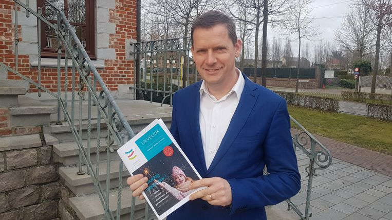 Burgemeester Tony Vermeire toont de eerste editie van Lievelink.
