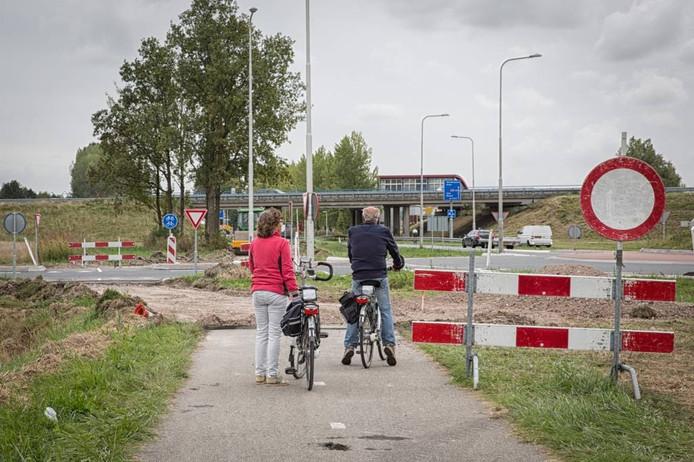 Fietsers komen voor een verrassing te staan als het fietspad bij Heinkenszand opgebroken blijkt te zijn en zij niet verder kunnen.