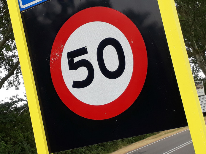 Een verkeersbord toont de snelheidslimiet: 50 kilometer per uur.