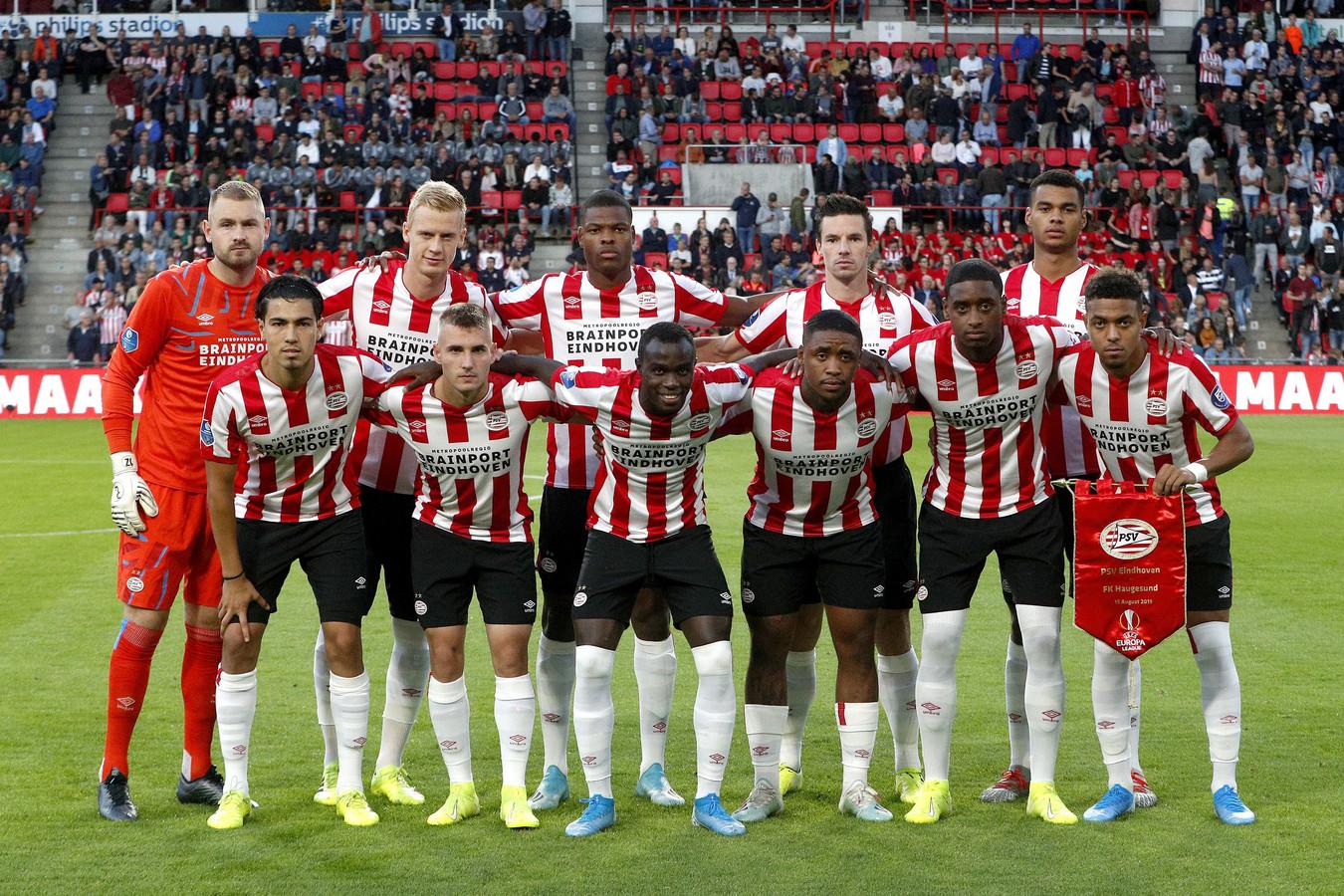 PSV voor de aftrap met FK Haugesund, een duel dat voor het publiek teleurstellend verliep maar de ploeg wel naar de volgende ronde bracht.