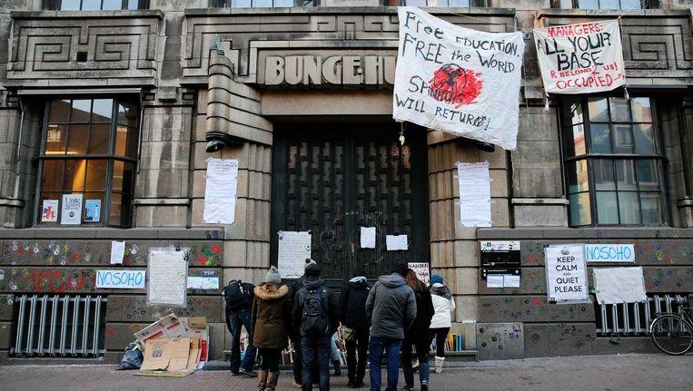 De ingang van het Bungehuis op de Spuistraat in Amsterdam is gebarricadeerd. Beeld anp