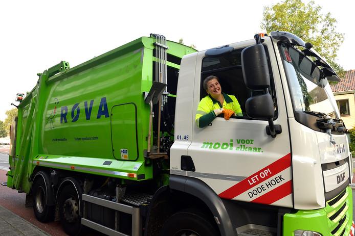 Foto ter illustratie: de ROVA op pad. In Balkbrug werd vorig week een groencontainer in zijn geheel in de grote container gekieperd.