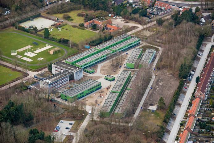 Een deel van het terrein is nu nog in gebruik als asielzoekerscentrum. Dat blijft zo tot uiterlijk 1 mei 2026. Rechts de Prins Hendriklaan, linksboven nog een stukje van de Mecklenburglaan. In het midden boven staat de voormalige officiersmess.