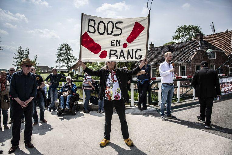 Minister Wiebes en minister Ollongren werden bij hun bezoek aan Westerwijtwerd opgewacht door boze en verontruste bewoners. Beeld ANP