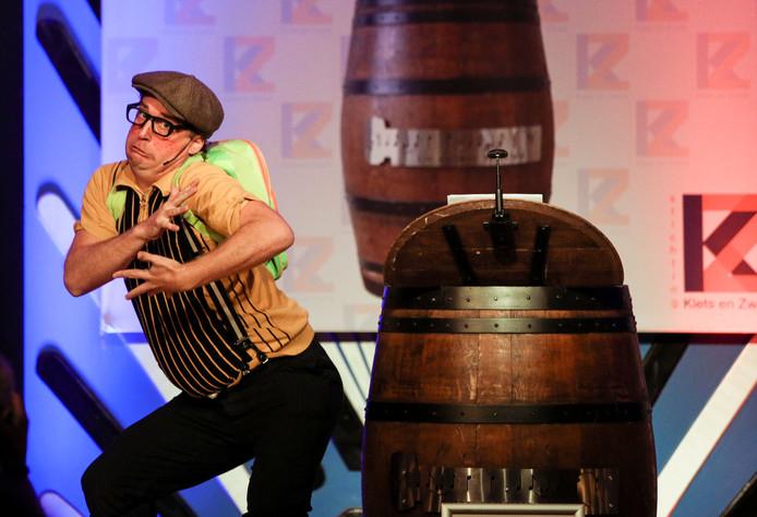 Joep de Wildt als De Kleinzoon naast de ton bij De Goeie To(o)n op de foto tijdens een optreden in Helmond.