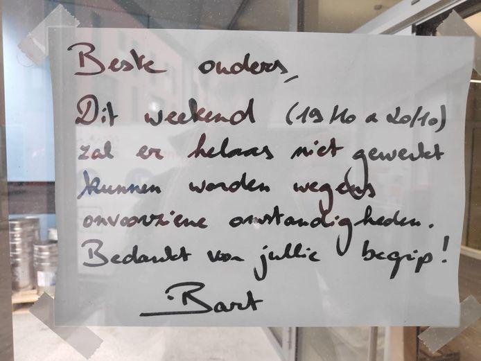 Een briefje van schooldirecteur Bart Devaere aan de ouders van de leerlingen.