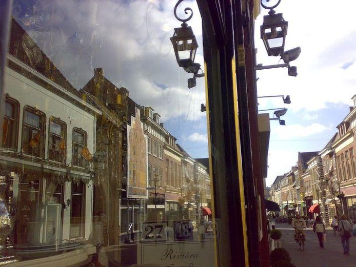 Spiegeling in de Lange Hezelstraat.