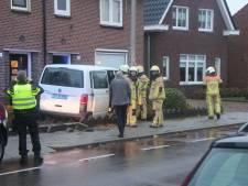 Twee gewonden nadat taxibusje van de weg raakt in Rijssen