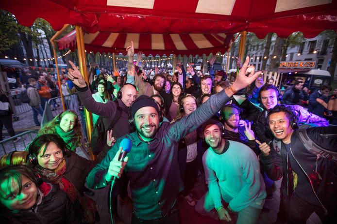 DJ Sunny Sjoerd, alias nachtburgemeester Sjoerd van Schuylenburch komt terug met zijn populaire silent disco op het Lange Voorhout.