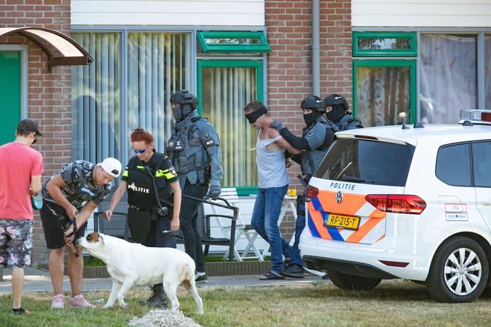 De politie viel de woning binnen aan het Medemblikpad in Emmeloord. Er zou sprake zijn van een gijzeling.