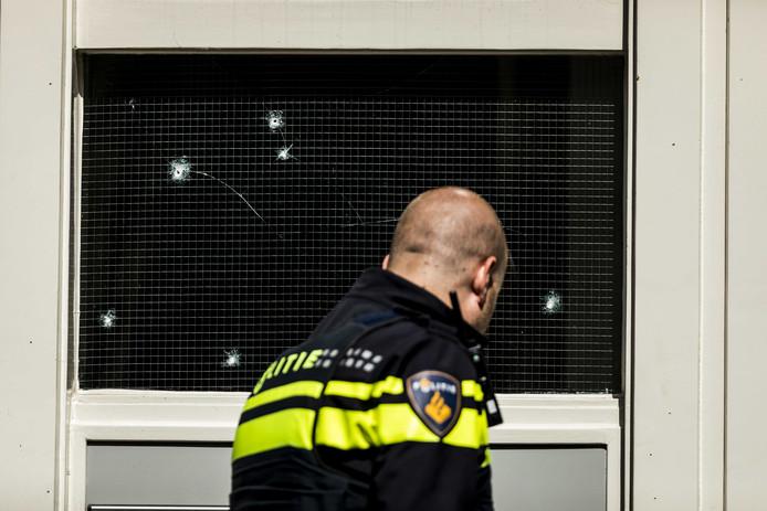 Schade aan een pand in de Peperstraat in Delft, die donderdag zou zijn bestookt door een granaat.