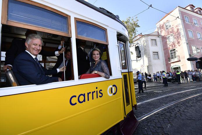 Het vorstenpaar nam de tram naar Santa Luzia en promoot milieuvriendelijke bedrijven.