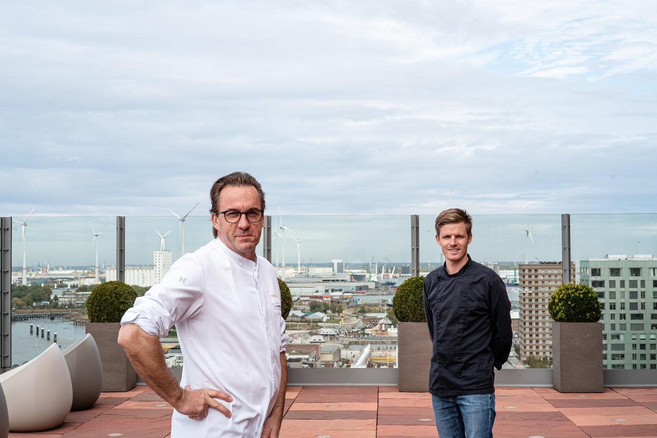 Viki Geunes en Jonas Kellens presenteren de Best of Antwerp-box.