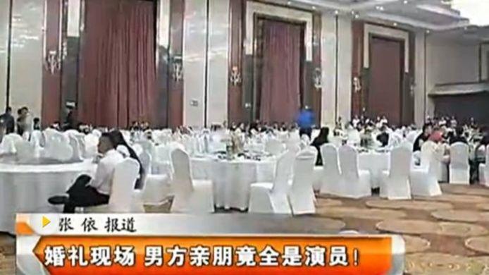 Lokale televisie liet de nasleep van de bruiloft zien, compleet met stomverbaasde gasten.