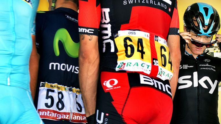Chris Froome van Sky op het intekenpodium met de shirtjes om hem heen van de ploegen die ook hun favoriet hebben voor de eindzege. Beeld Klaas Jan van der Weij