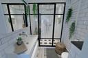 Het glas gecombineerd met staal komt ook terug in de badkamer.