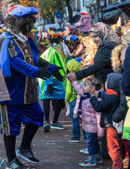 Zwarte pieten tijdens de intocht van Sinterklaas in Den Haag vorig jaar.