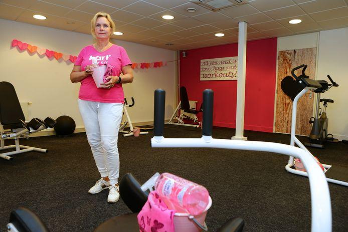 Anita Hoogeveen in haar sportschool Hart for Her. De emmertjes om de apparaten na iedere sportsessie te desinfecteren heeft ze al klaargezet, voor als de deuren weer open mogen.