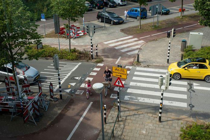 De masten met de lichten zijn inmiddels geplaatst op de Brinklaan in Heerde. Op maandag 24 augustus, als de scholen weer beginnen, treden de verkeerslichten in werking.