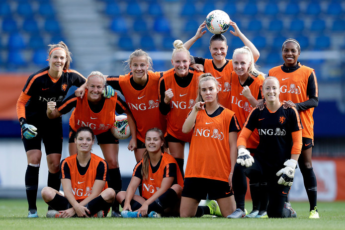Jill Roord, zittend op haar knieën, na de training van gisteravond in Heerenveen.