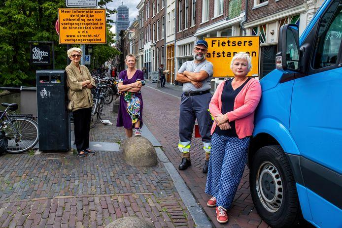 Binnenstadsbewoners bij de afzetting aan de rand van het tijdelijke voetgangersgebied bij de Smeebrug.