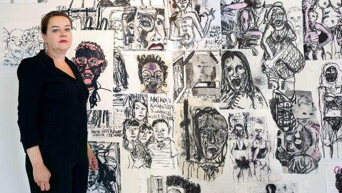 Saskia Tannemaat op haar tentoonstelling 'Achter het raam'.