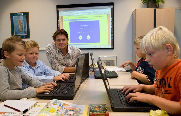 Basisschoolleerlingen met laptops