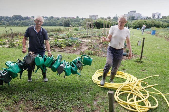 Ger Olthof (links) en Wim Gerrits, vrijwilligers van schooltuin de Wielewaal.