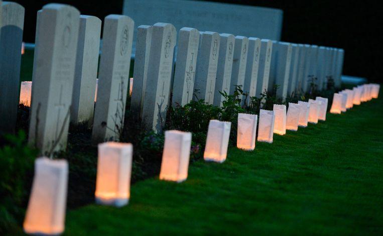 Kaarsjes branden voor de grafstenen van gesneuvelde soldaten in Ploegsteert tijdens herdenkingsceremonie Lichtfront in oktober vorig jaar.