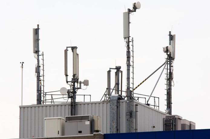 Mobiele masten op een bedrijfsgebouw