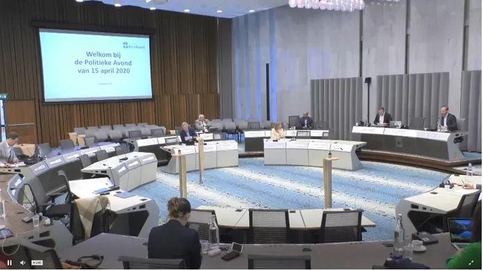 De gemeenteraad van Arnhem in vergadering over de coronacrisis, met maar één vertegenwoordiger per partij en zonder publiek.