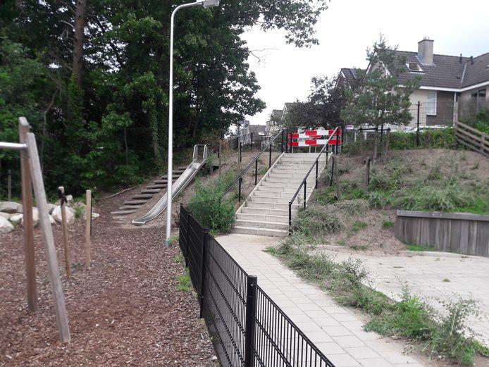 De trap die leidt naar de wijk Duivenhorst.