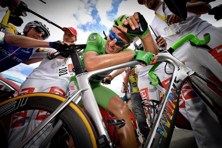 Marcel Kittel is kapot na de winst in de tiende etappe. Dylan Groenewegen: 'Kittel is gewoon ijzersterk.' Beeld belga