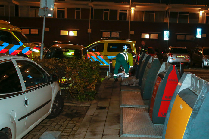 Ambulancepersoneel bekommert zich om een van de slachtoffers op straat in Sliedrecht..