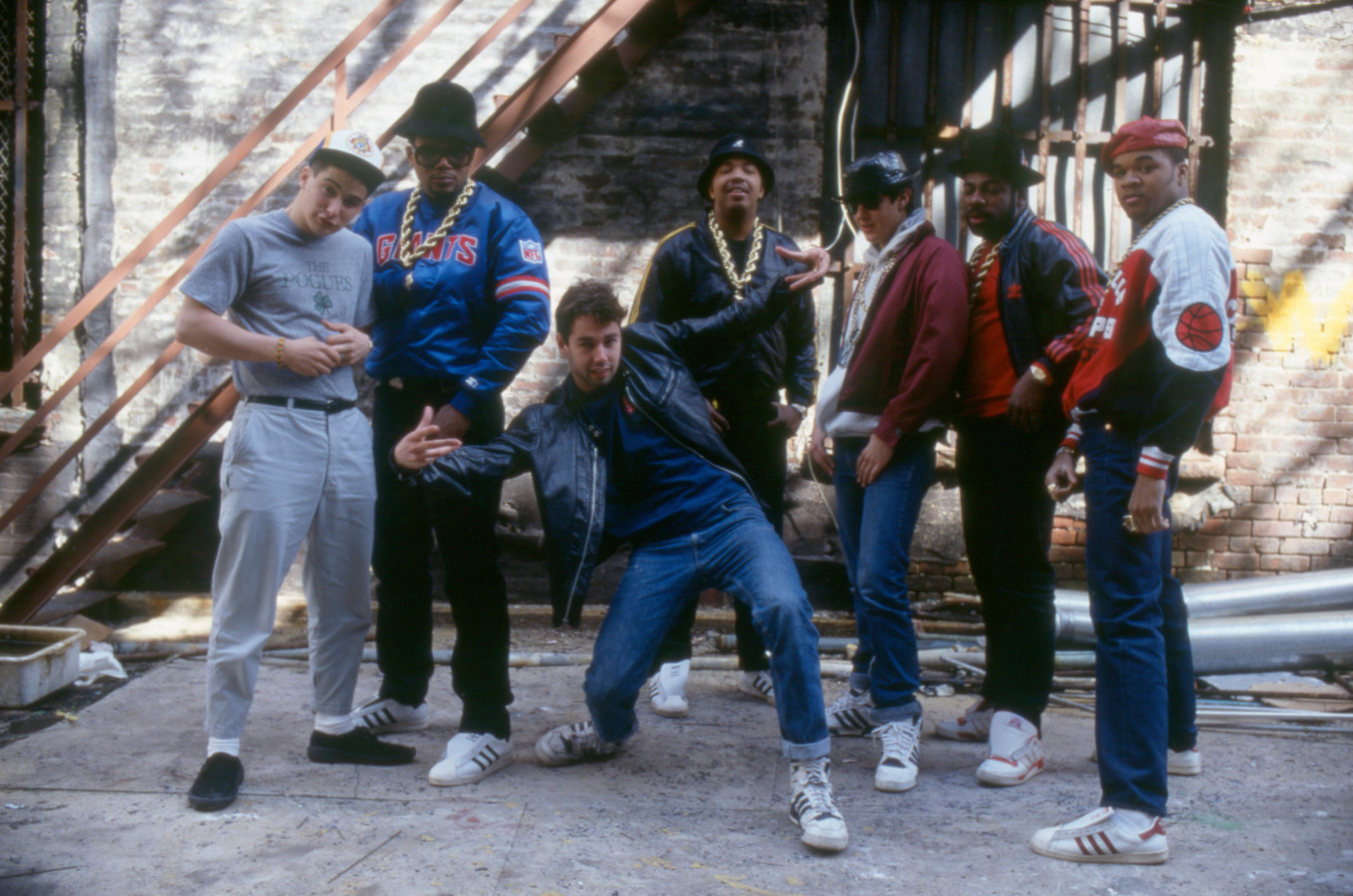 Hiphopgroepen van het eerste uur Run DMC (zonder veters in de Adidas) en Beastie Boys, 1980.