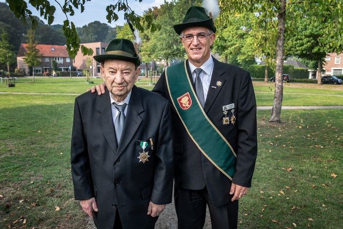 Vader Piet en zoon John Cremers hebben  nu allebei een lintje.