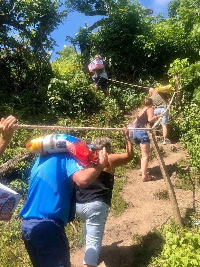 Vrijwilligers van Stichting Dekat di Hati brengen noodhulp, zoals voedsel en medicijnen naar tentenkampen bij het dorp Suli op Ambon.