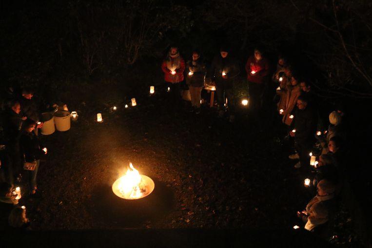 Op Wereldlichtjesdag steken deelnemers kaarsjes aan voor dierbare overledenen.