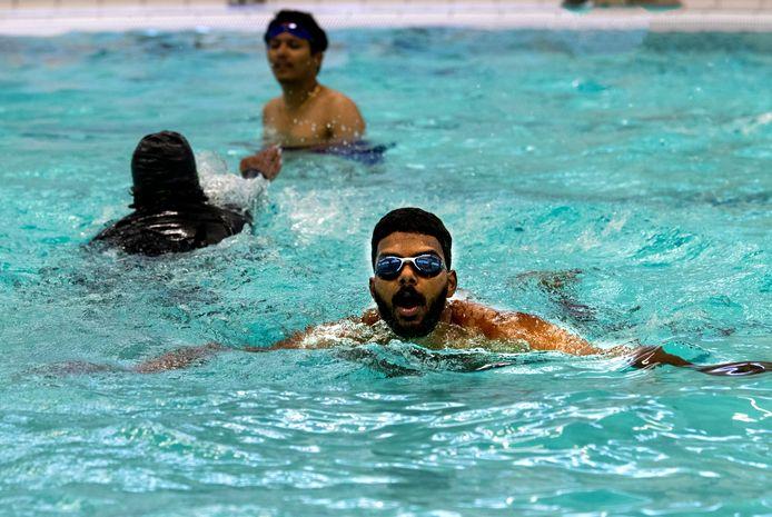 De TU/e verzorgt een zomerschool voor internationale studenten die deze zomer in Eindhoven blijven, mede vanwege corona. Op de foto een introductiecursus zwemmen in het sportcentrum van de TU/e.