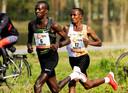 Abdi Nageeye (r) in actie tijdens de 39e editie van de NN marathon van Rotterdam. Volgende week loopt hij een virtuele estafettemarathon.