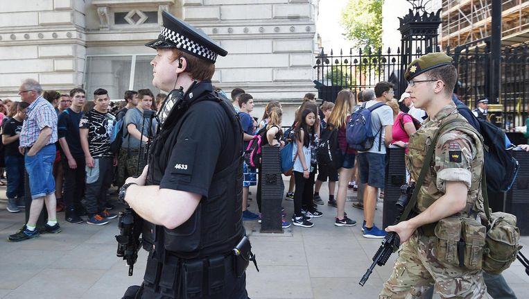Britse militairen en politie bij het Palace of Westminster in Londen. Beeld anp