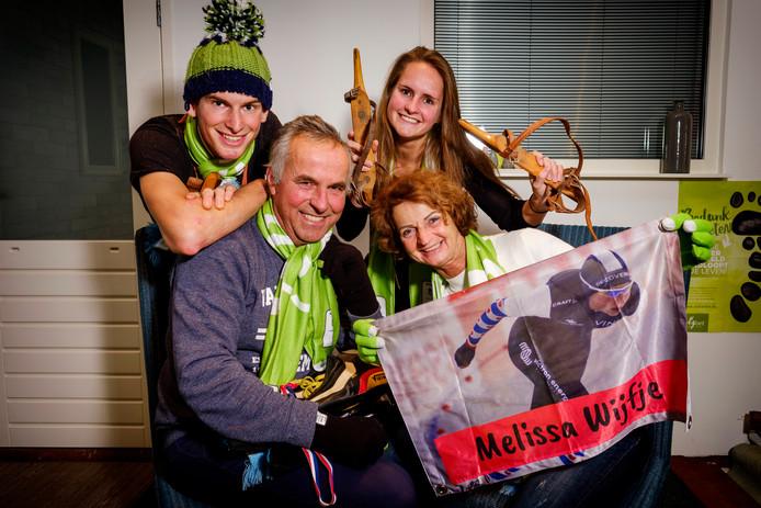 Haar vader Flip, moeder Marian, broer Tom en zus Iris, zijn de grootste fans van schaatster Melissa Wijfje.
