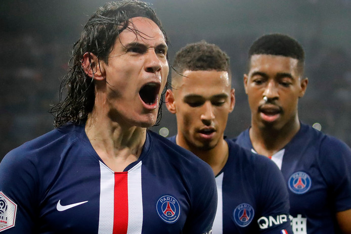 Edinson Cavani juicht na zijn 200ste goal voor Paris Saint-Germain.