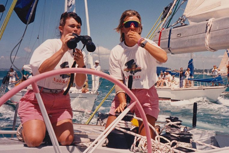 Tracy Edwards (l) aan boord van de Maiden tijdens de Whitbread Round the World-zeilwedstrijd van 1989-1990. Beeld Netflix
