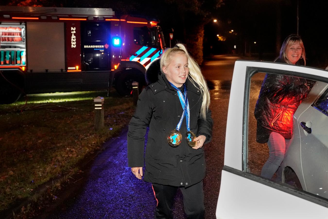 Wereldkampioene kickboksen en lid van de brandweer Roxanne Kivits wordt feestelijk ontvangen door de brandweer.