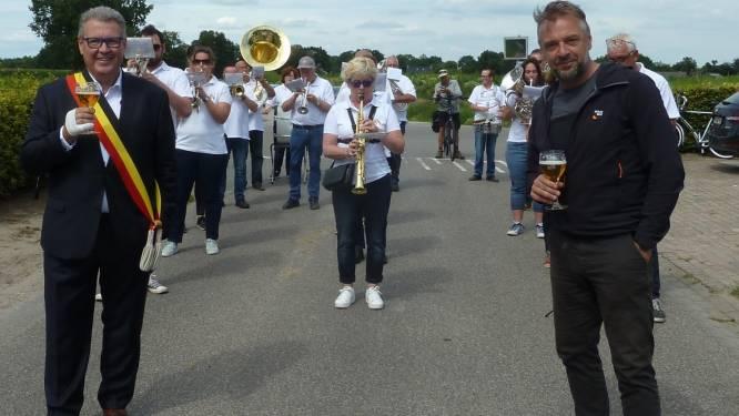 """Burgemeester Marc Van Aperen geniet nog na van Reizen Waes: """"Tom Waes heeft Meersel-Dreef op de kaart gezet"""""""