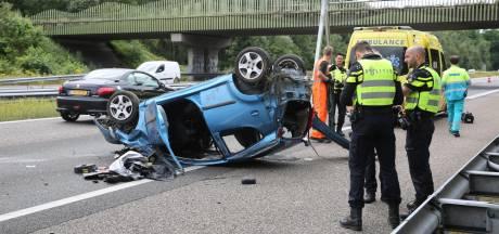 Auto op de kop op A58 bij Bergen op Zoom, twee inzittenden gewond